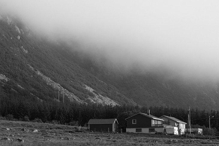 pod górami, pod chmurami