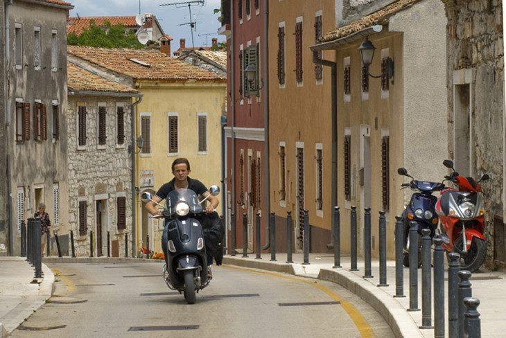 Chorwacja. Malownicza uliczka w Vrsarze na półwyspie Istria. Czerwiec 2011